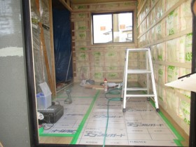 断熱材を敷き詰めてる部屋の写真