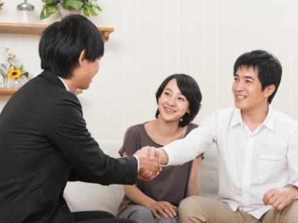 お客さんと営業マンが握手をしている写真