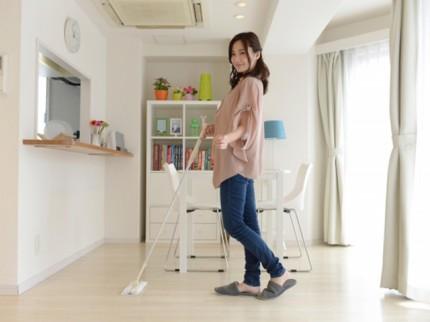 掃除をしている女性の写真