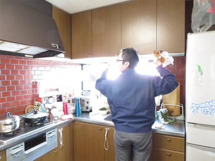 キッチンで現調する男性