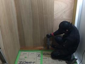 床を設備している男性